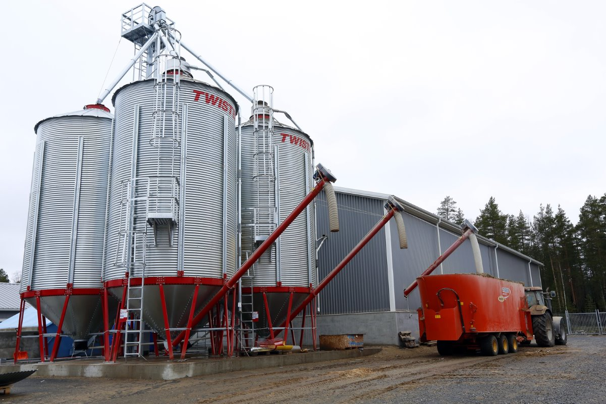 The grain storage capacity is significant. In the warehouse is a hammer mill. The cows are fed twice a day with a 40 cubic metre Seko - mixer wagon with three mixing screws.