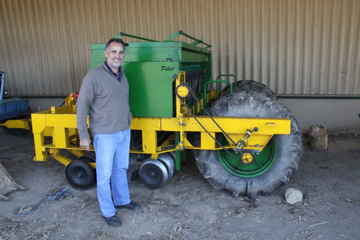 To plant an oats-ryegrass mixture into lucerne lands towards the end of summer De Kock Cloete uses a 17-row planter. This practise supplies grazing in winter when the lucerne is dormant. The lucerne takes over again in summer.